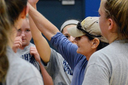 AMASA SMITH/THE CAMPUS Women's Volleyball coach Bridget Sheehan is pictured with the team. The team won at a tournament last weekend and acheived Sheehan's 600 career win.
