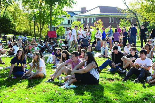 Students+gathered+on+the+gator+quad+count+down+to+the+beginnining+of+the+wing+eating+contest+on+Saturday%2C+Sept.+27.