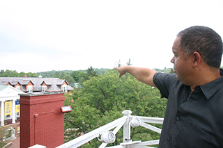Steve Uz, internship coordinator and adjunct professor, points out historical architectural features on Allegheny's campus.