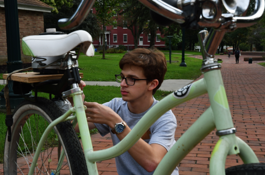 Ray+Marszalek%2C+%E2%80%9921%2C+of++the+Allegheny+College+Bike+Share%2C+sets+up+a+stationary+blender+bike+at+the+DeHart+community+market.+Bike+Share+students+offered+applesauce+made+from+the+stationary+blender+bike+and+a+mobile+blender+bike.++