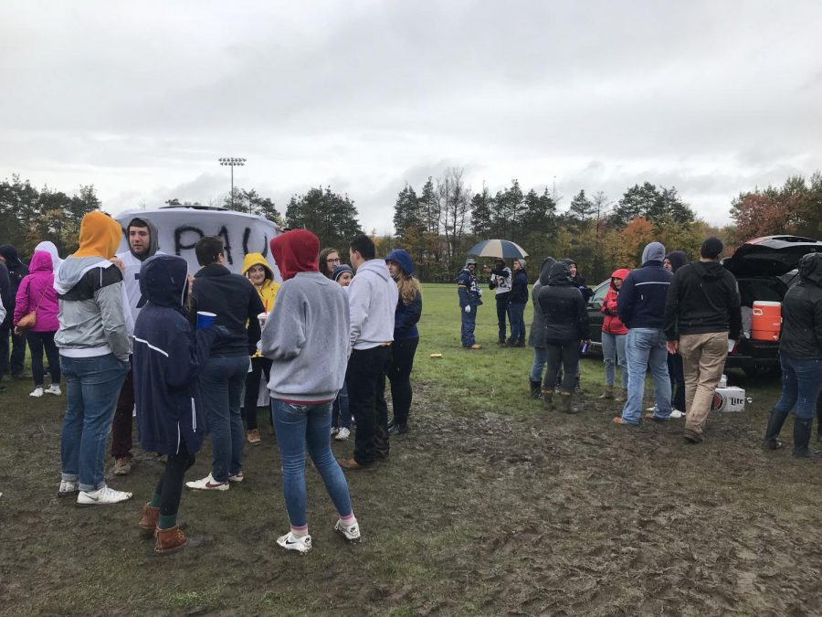 Students+gather+in+cold+weather+and+muddy+conditions+to+tailgate+for+the+Blue+and+Gold+Weekend+Game.+